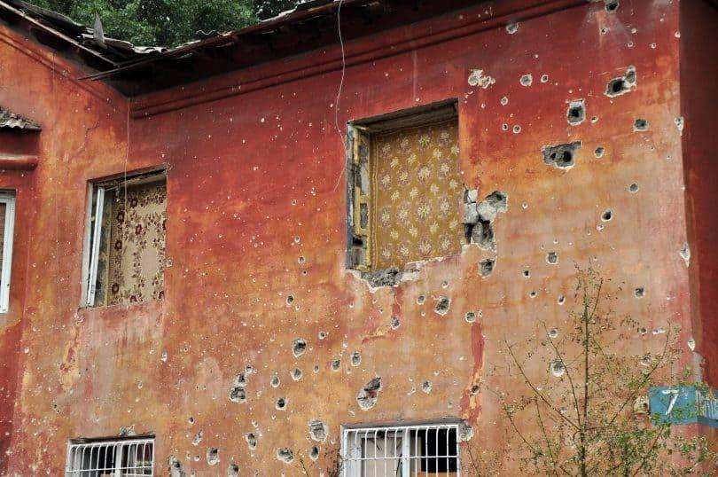 Photo: Immeuble résidentiel au coeur de la zone de conflit - région de Donetsk (Fotolia, Evgeny Govorov)