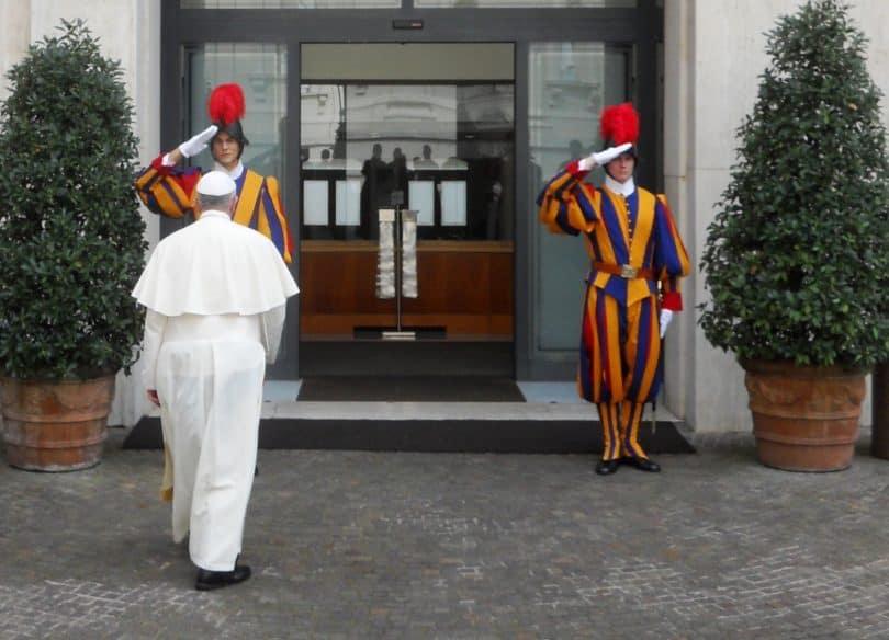 Le pape François entrant à la Maison Sainte-Marthe. Pufui Pc Pifpef I (Wikimedia - CC)