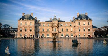 Photo: Sénat français dans les jardins du Luxembourg (Pixabay)