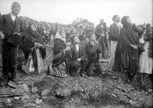 Photo: la foule regardant le miracle du soleil, Fatima, Portugal (Wikimedia -CC)