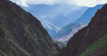 Le col du Choula (à droite), à la frontière sino-tibétaine.