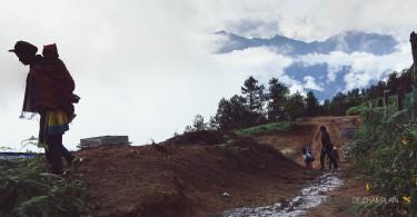 Des paysans tibétains avec leurs enfants rejoignent les pèlerins pour participer à la messe.