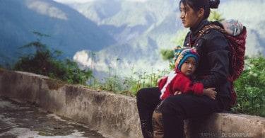 Une jeune femme et son fils dans l'un des villages chrétiens visités par le père Buttet.
