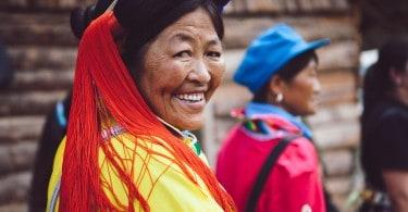 Les vêtements traditionnels que portent les habitants contrastent avec la culture urbaine chinoise qui, à bien des égards, s'occidentalise de plus en plus. D'ailleurs, il n'est pas rare de rencontrer dans ces régions des touristes chinois qui partagent la curiosité des étrangers.
