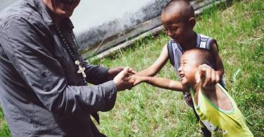 Chaque fois qu'il se présente en Chine, le père Buttet est accueilli à bras ouverts par les villageois qu'il visite. Les plus vieux sont ravis de le revoir, et les plus jeunes heureux de rencontrer cet homme dont ils entendent tant de bien.