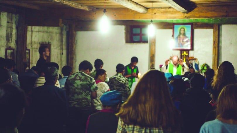 Cette petite église d'apparence modeste brille par la ferveur des catholiques tibétains. Lorsqu'ils chantent en chœur, les paroissiens font vite oublier à leurs invités européens et québécois la grandeur de leurs cathédrales. ©Raphaël de Champlain
