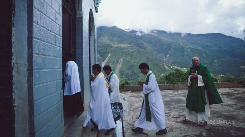 Le dévouement des jeunes prêtres tibétains est un signe d'espérance dans les paroisses où ils exercent leur ministère. Le père Jean (devant le père Nicolas Buttet sur la photo de la page35), ayant fait son séminaire en France, parle très bien français. Il a accompagné le groupe de pèlerins dans les villages de sa paroisse, ce qui a d'ailleurs été d'un grand secours dans cette région de la Chine où les habitants ne parlent pas du tout l'anglais et encore moins le français.