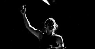 Catherine Dorion, pendant une représentation de Fuck toute (crédit: Cath Langlois Photographe).