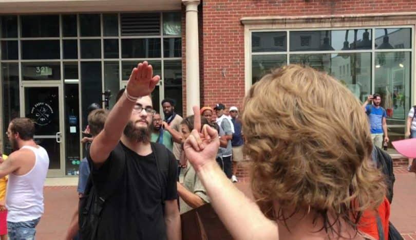 Un contre-manifestant répond par un doigt d'honneur au salut nazi d'un suprémaciste blanc à Charlottesville, 12 aout 2017 (Evan Nesterak - Wikimedia, CC).
