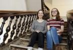 Isabelle Jobin et Gabrielle Tessier, les co-coordonnatrices générales du SPOT photographiées au bas de l'escalier patrimonial Saint-Joseph, au Vieux-Séminaire de Québec. Crédit photo Pascal Huot.