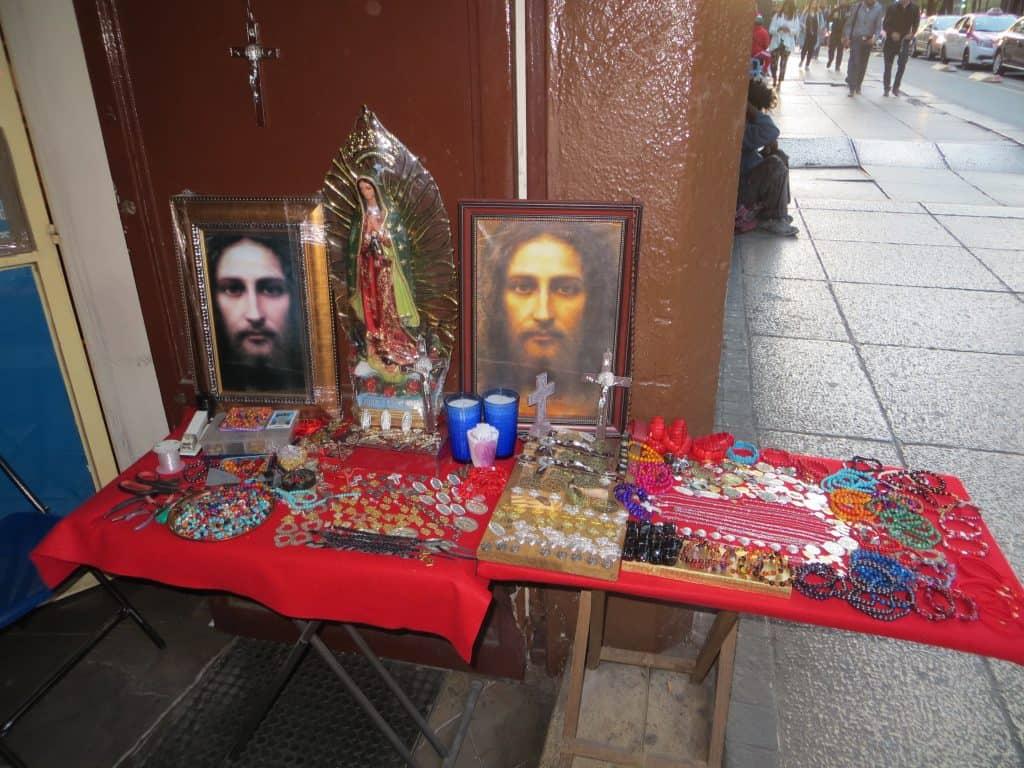 Étals d'un vendeur ambulant d'objets religieux, México (photo: Jérôme Blanchet-Gravel).