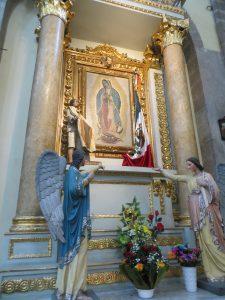 La Vierge métissée de Guadalupe est devenue un véritable phénomène de mode. À Mexico comme dans d'autres villes du Mexique, on peut la voir imprimée sur des teeshirts et peinte sur les murs sous forme de graffitis. On la voit aussi sous forme de tatouages et dans le cou des Mexicains, en pendentif. (Photo: Jérôme Blanchet-Gravel.)