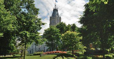 Les jardins du Parlement de Québec (photo: Éric Fortin / Wikimedia Commons).