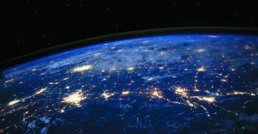 terre-espace-étoiles-lumière